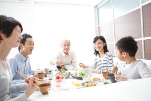 食事をする三世代ファミリーの写真素材 [FYI02055246]