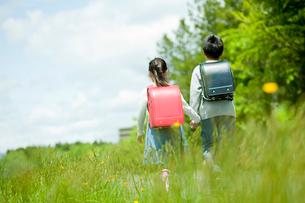 小学生の男の子と女の子の後ろ姿の写真素材 [FYI02055269]