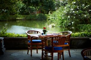 オープンカフェのテーブルの写真素材 [FYI02055278]