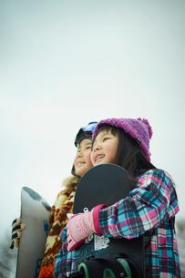 スノーボードを持つ子供たちの写真素材 [FYI02055291]