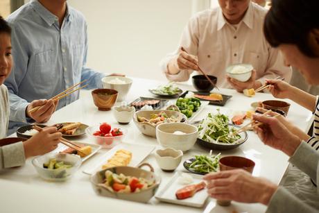 食卓の三世代ファミリーの写真素材 [FYI02055297]