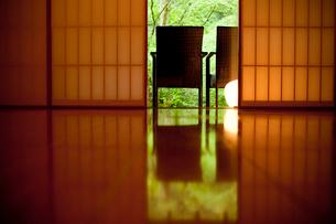 フローリングの床と障子と2脚の椅子の写真素材 [FYI02055304]