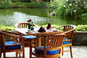 オープンカフェのテーブルの写真素材 [FYI02055313]