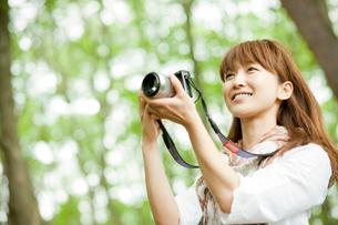 カメラを構える女性の写真素材 [FYI02055319]