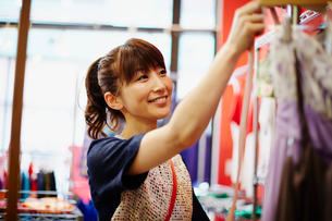 ショッピングをする女性の写真素材 [FYI02055330]