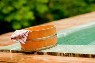 露天風呂の風呂桶と手ぬぐいの写真素材 [FYI02055343]