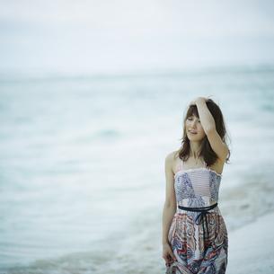 海辺の女性の写真素材 [FYI02055354]