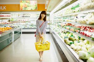 スーパーマーケットで買い物をする女性の写真素材 [FYI02055358]