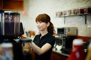 カフェで働く女性の写真素材 [FYI02055367]