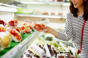 スーパーマーケットで買い物をする女性の写真素材 [FYI02055391]