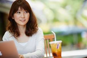 オープンカフェで仕事をする女性の写真素材 [FYI02055407]