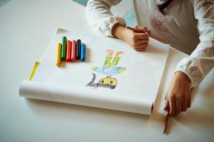クレヨンでお絵描きをする女の子の手の写真素材 [FYI02055412]