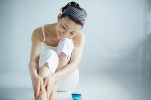 足をマッサージする女性の写真素材 [FYI02055426]