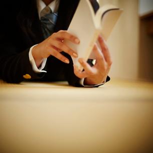 本を読む女子学生の手元の写真素材 [FYI02055430]