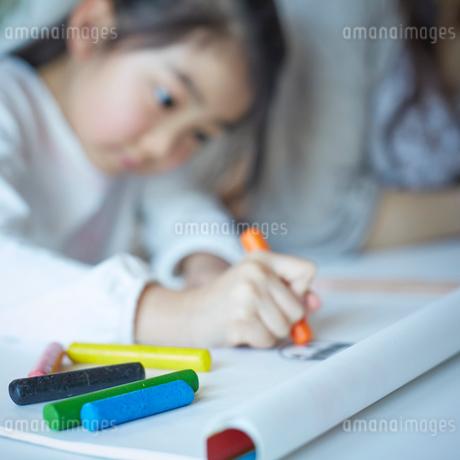 お絵描きをする女の子の写真素材 [FYI02055444]