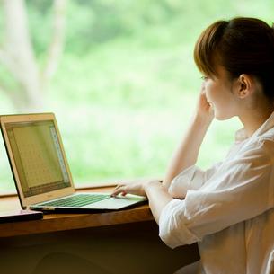 ノートパソコンを見る女性の写真素材 [FYI02055446]