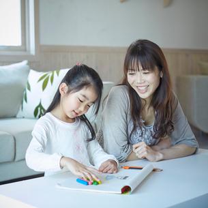 お絵描きをする女の子と母親の写真素材 [FYI02055476]