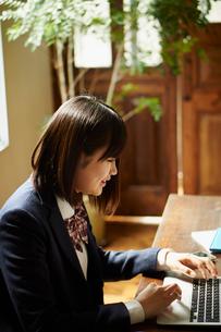 ノートパソコンを操作する女子学生の写真素材 [FYI02055489]