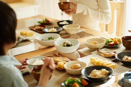 食事をするファミリーの写真素材 [FYI02055493]