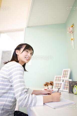 勉強をする女の子の写真素材 [FYI02055494]