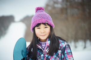 スノーボードを持つ女の子の写真素材 [FYI02055505]