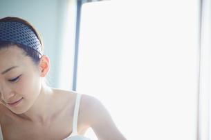 洗顔をする女性の写真素材 [FYI02055508]