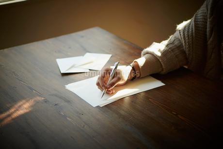 手紙を書く女性の手元の写真素材 [FYI02055518]