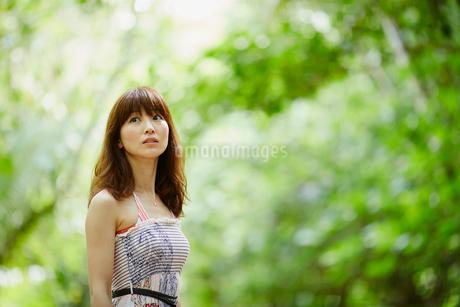 緑の木々と女性の写真素材 [FYI02055521]