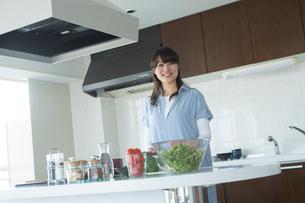 キッチンで料理をする女性の写真素材 [FYI02055525]