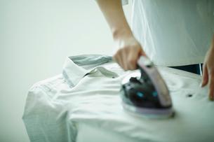 アイロンをかける女性の手元の写真素材 [FYI02055534]