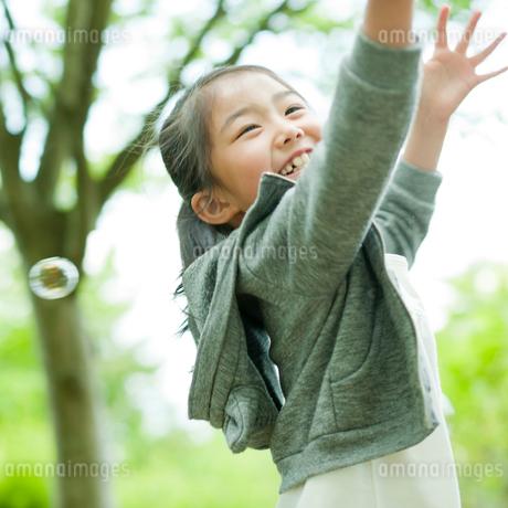 シャボン玉で遊ぶ女の子の写真素材 [FYI02055537]