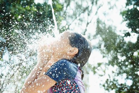 水を浴びる女の子の写真素材 [FYI02055548]