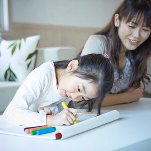 お絵描きをする女の子と母親の写真素材 [FYI02055553]