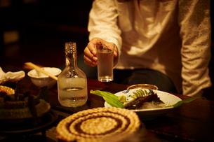 お酒の入ったグラスを持つ女性の写真素材 [FYI02055555]
