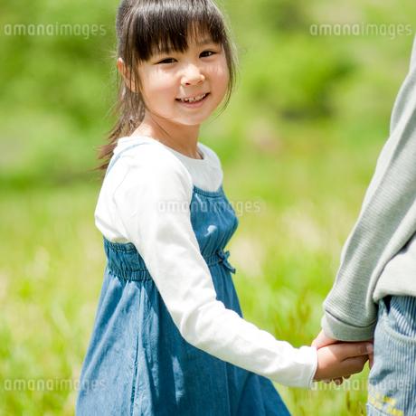男の子と手をつなぐ笑顔の女の子の写真素材 [FYI02055566]