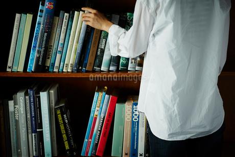 本棚と女性の後ろ姿の写真素材 [FYI02055577]