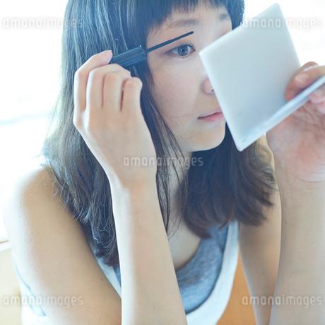 メイクをする若い女性の写真素材 [FYI02055584]