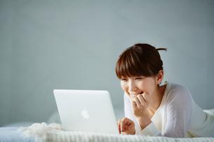 ノートパソコンを見る笑顔の女性の写真素材 [FYI02055591]