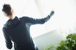 窓の外を眺める女性の後姿の写真素材 [FYI02055596]