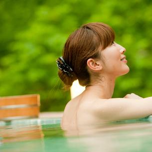 露天風呂に入浴する女性の写真素材 [FYI02055599]