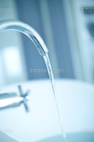 バスルームの蛇口から流れる水の写真素材 [FYI02055601]