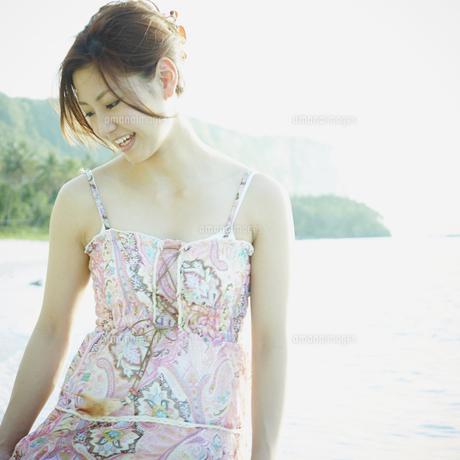 笑顔の女性と海の写真素材 [FYI02055619]