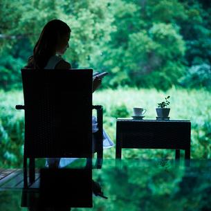 本を読む女性の写真素材 [FYI02055640]