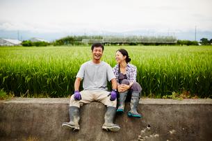 水田と笑顔の農家夫婦の写真素材 [FYI02055654]