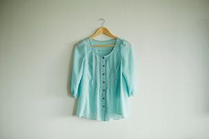 壁に掛けた洋服の写真素材 [FYI02055709]