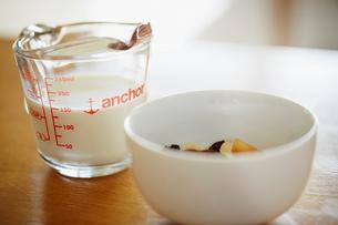 計量カップに入った牛乳とグラノーラの写真素材 [FYI02055721]