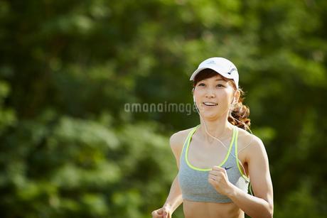 ランニングをする女性の写真素材 [FYI02055725]