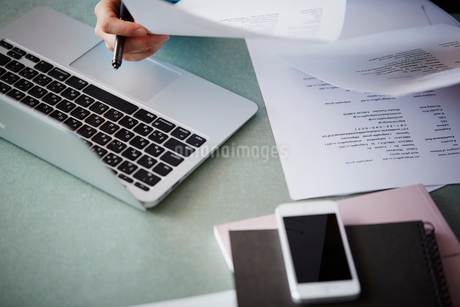 デスクワークをする女性の手元の写真素材 [FYI02055741]