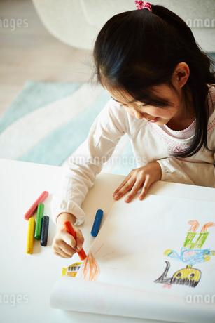 クレヨンでお絵描きをする女の子の写真素材 [FYI02055749]