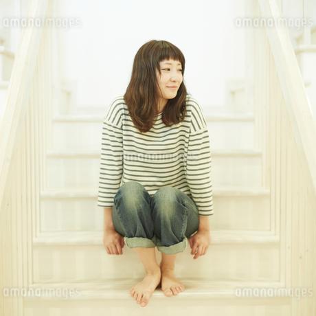 階段に座る若い女性の写真素材 [FYI02055771]